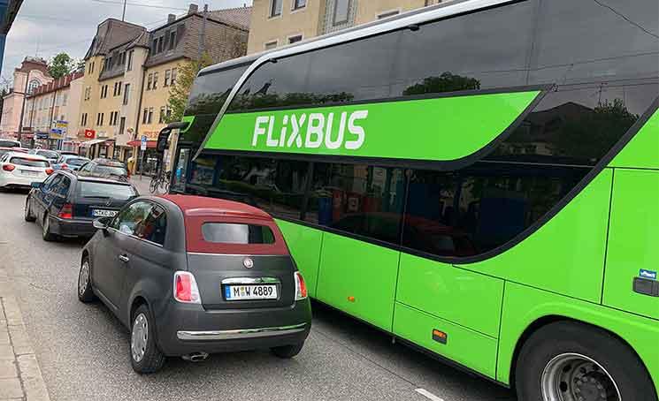 道路を走るFlixBusのバス