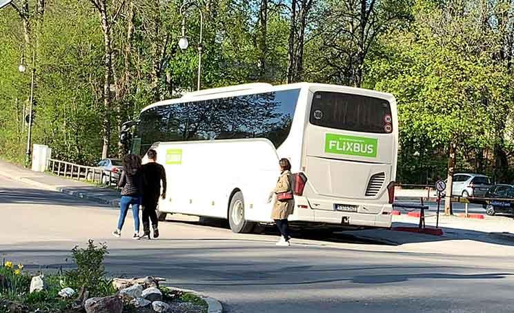 白い車体の珍しいFlixBusのバス