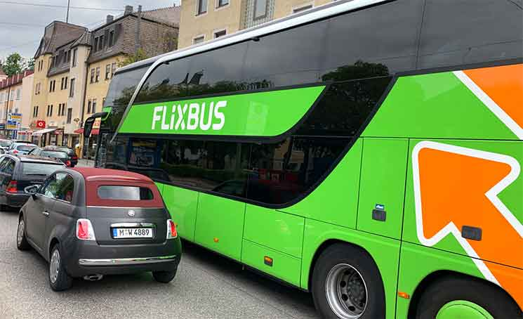 道路を走るFlixBus