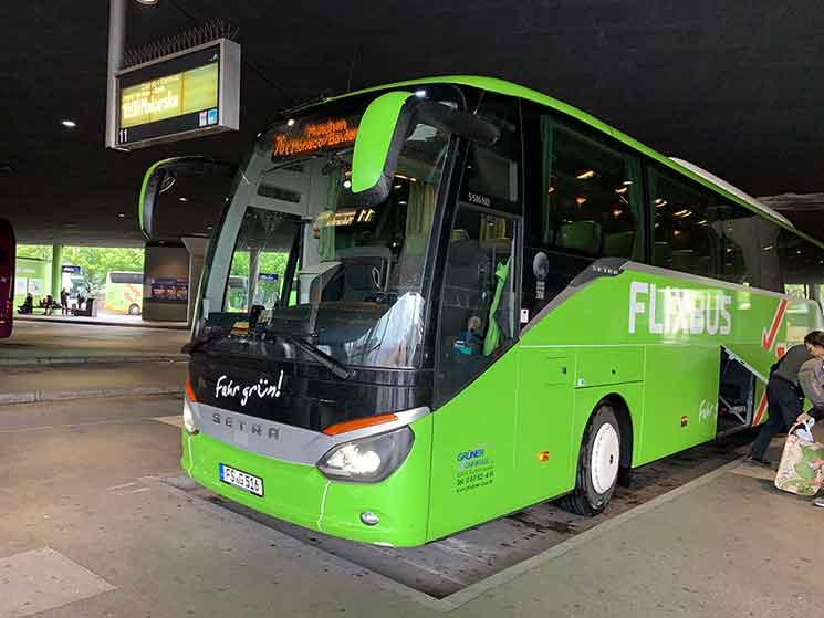 ミュンヘンのバスターミナルに停車する「FlixBus」