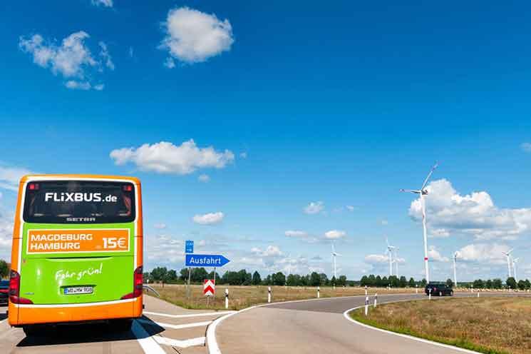 道路を走るFlixBus(フリックスバス)