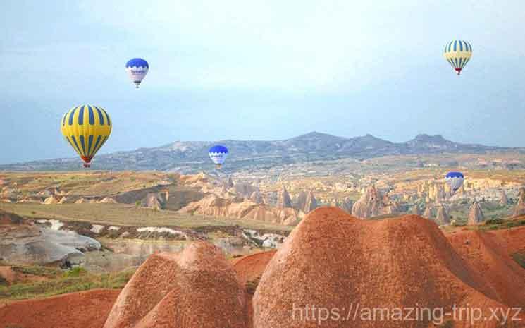 気球ツアーで奇岩の上を飛ぶ気球