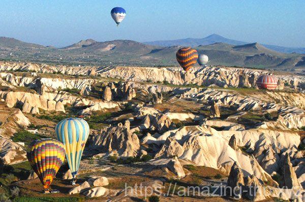 奇岩の上を飛行する気球