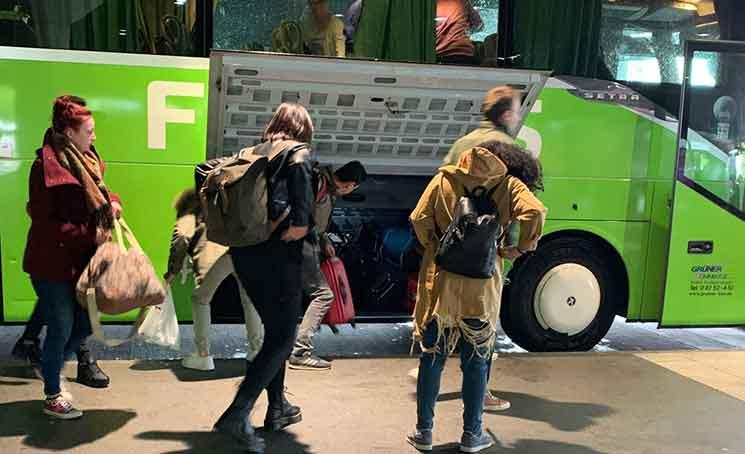 フリックスバス車体の荷物収納コンパートメント