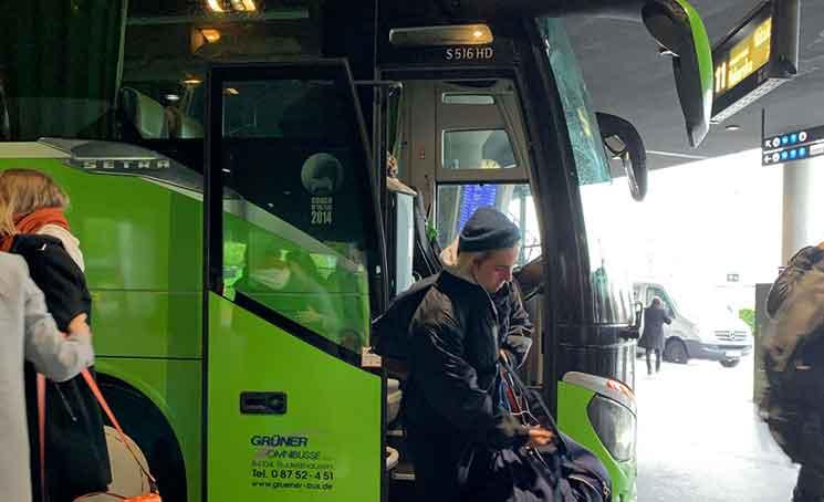 フリックスバスを降りる乗客