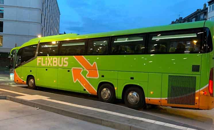 車道を走るFlixBus