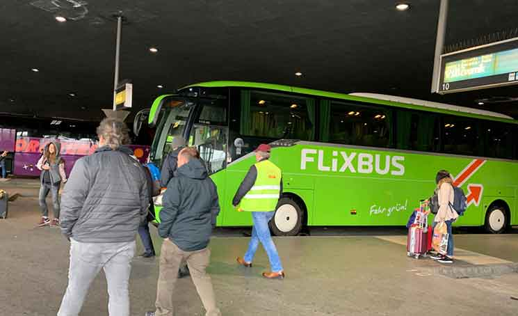 ZOB Munichに停車するフリックスバス
