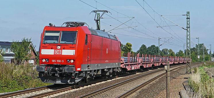 線路を走るドイツDBの列車「ICE」