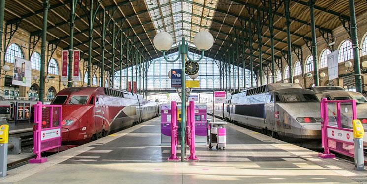 フランス パリの列車のプラットホーム