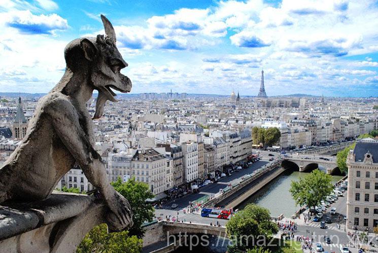 キマイラの彫像とパリ市内の景観