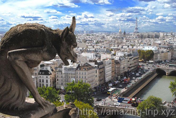 キマイラとパリ市内の景観