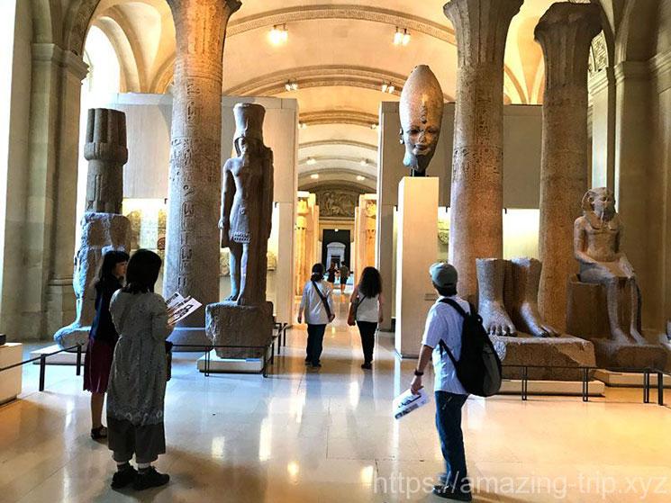 ルーブル美術館 展示ホールの美術品