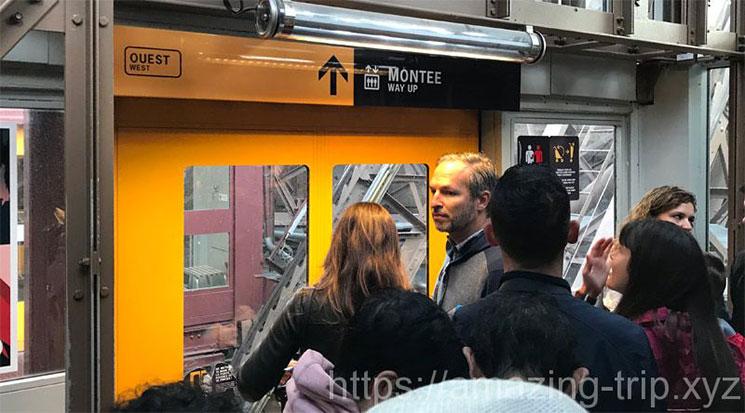 エッフェル塔 エレベーターの乗車を待つ観光客