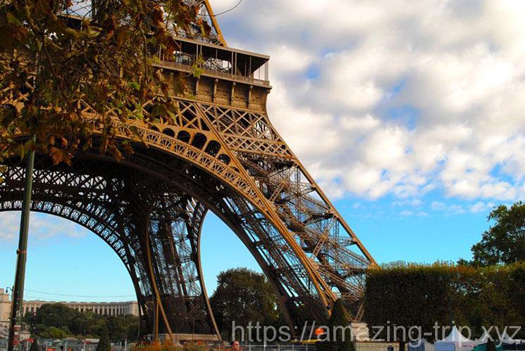 シャン・ド・マルス公園から見るエッフェル塔の景観