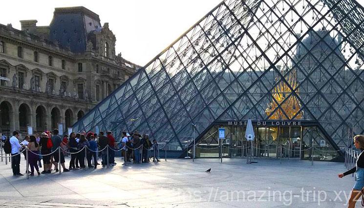 ガラスのピラミッド中央入口