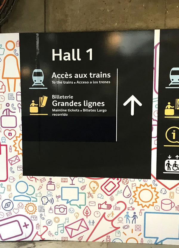 Hall 1への案内標識