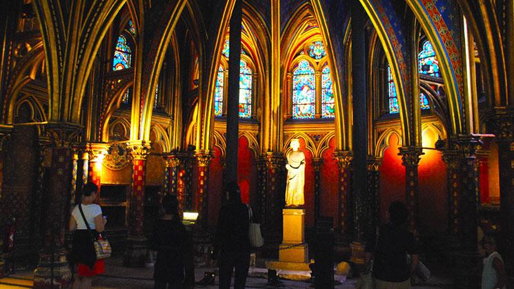サント・シャペル教会 正面入口の柱近くのマリア像