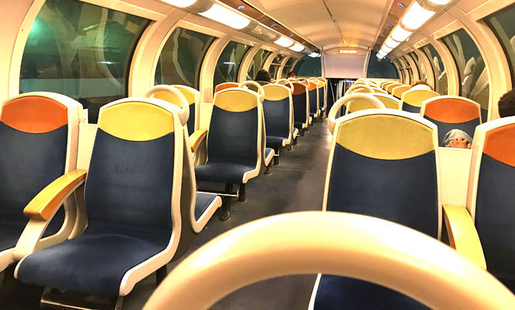 フランス国鉄 ヴェルサイユ宮殿行き列車内の景観