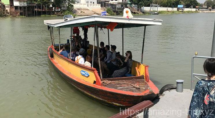 対岸に渡るためのボート