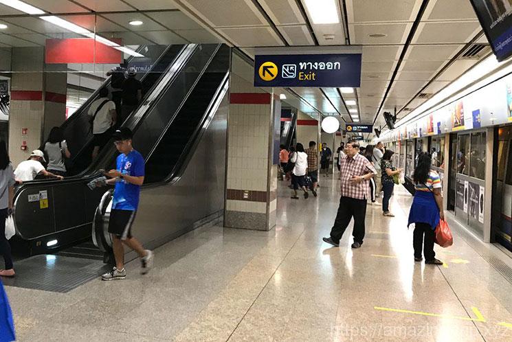 地下鉄(MRT)の乗車ホーム