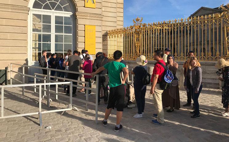 ヴェルサイユ宮殿の入場列に並ぶ観光客