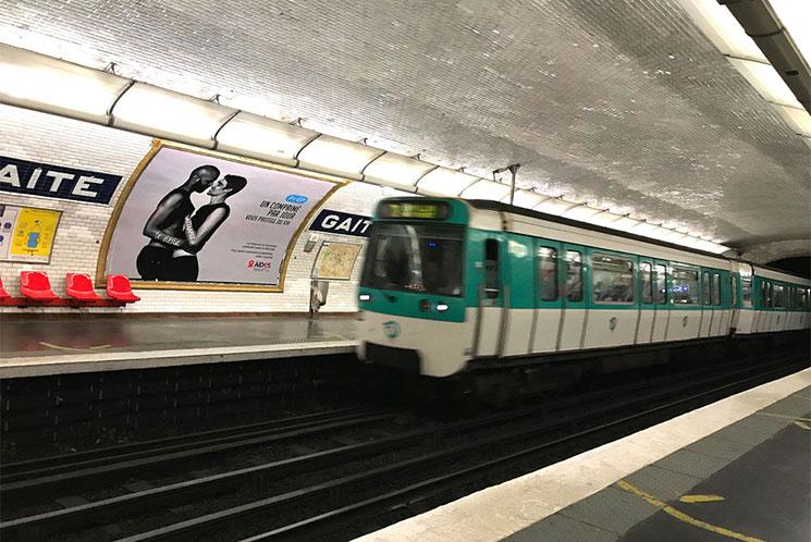 パリ 地下鉄のホームに到着する電車