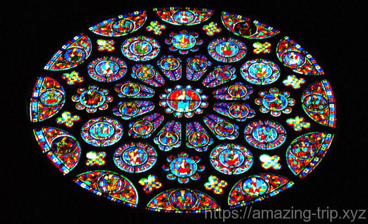 南側 バラ窓のステンドグラス