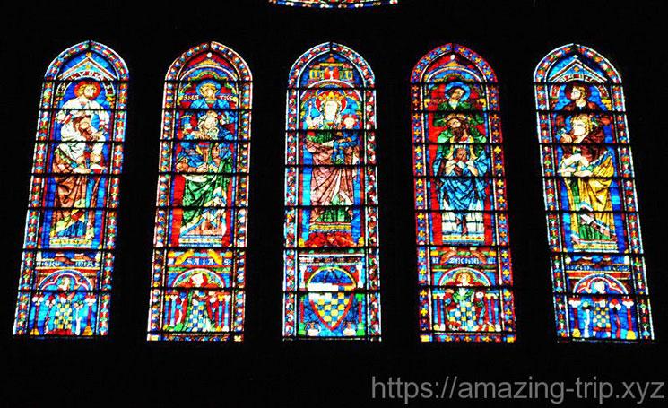 南側 バラ窓下の5つのステンドグラス