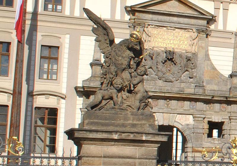 正門の鷲の象
