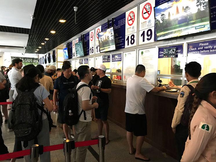 チケットオフィスの窓口に並ぶ観光客