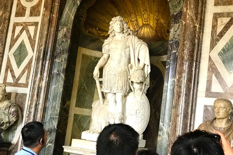 ヴァラン作のローマ皇帝姿のルイ14世の像