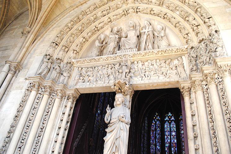 2階テラスから見るキリストの彫像と彫刻