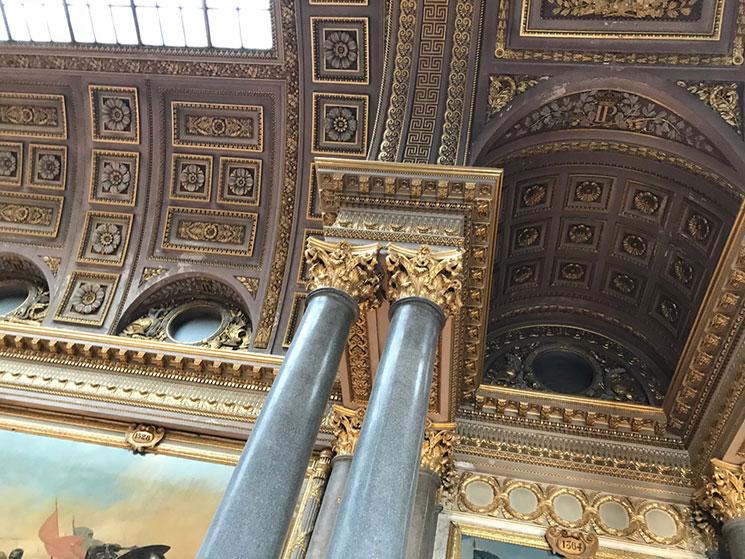 回廊の柱と天井の装飾