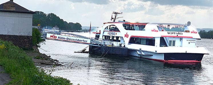 船着場に停戦するKD社の船