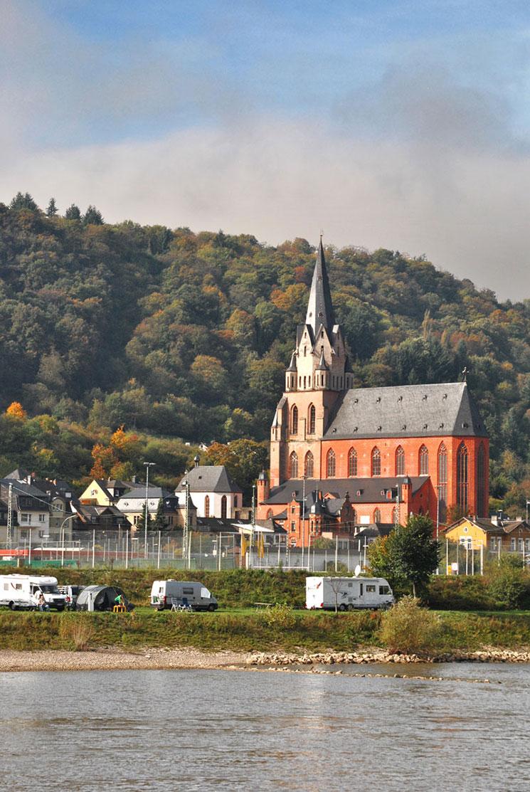 ライン川沿いの教会