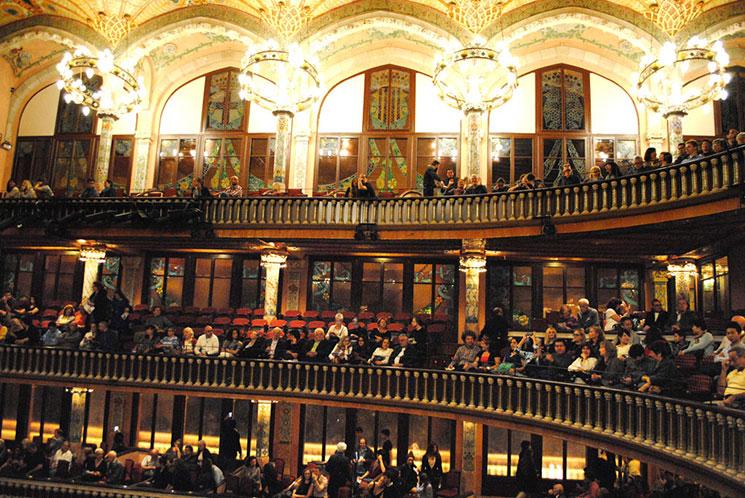 コンサートホール 天井のステンドグラス