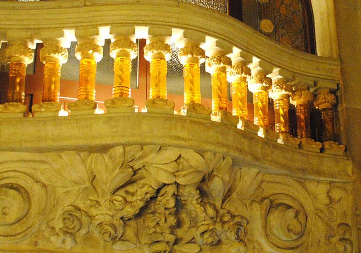 大階段の手すりは、ねじれた鉄をガラス管で覆っているのが特徴的