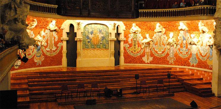コンサートホール 壁面の彫刻とモザイク画