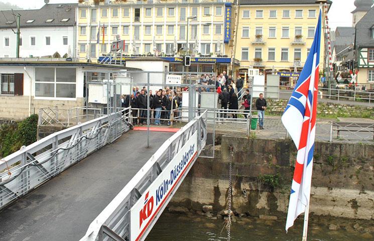 船着き場でクルーズ船を待つ観光客