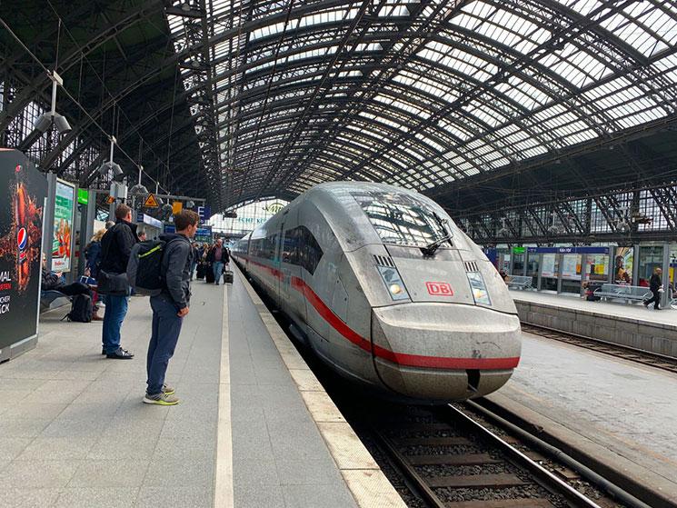 フランクフルト中央駅構内 乗車ホームに到着するICE