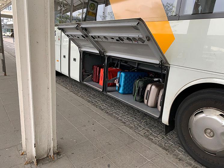 ルフトハンザエクスプレスバス 車体に荷物を収納する様子