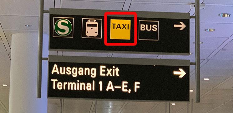 ミュンヘン空港 タクシー乗り場への案内板