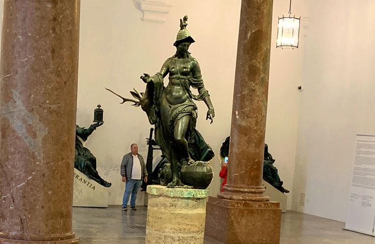 ゲルハルト作のブロンズ像