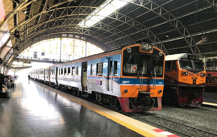 国鉄フワランポーン駅に到着する列車