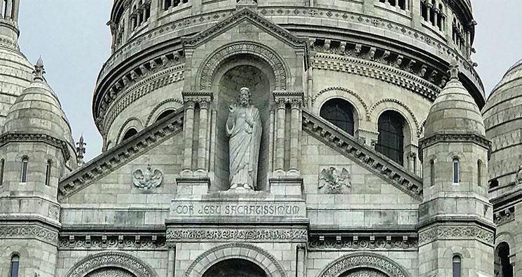 正面ファサード上部のキリスト像