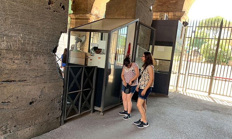 コロッセオのオーディオガイドの返却カウンター
