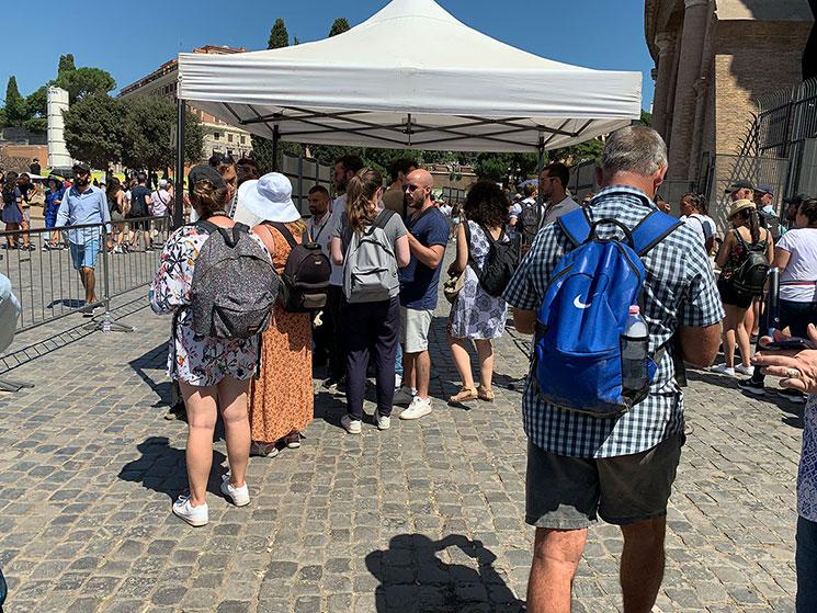 コロッセオ入場口に並ぶ観光客