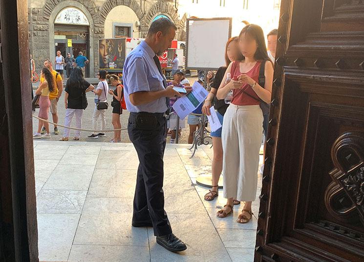 クーポラ入り口付近でチケットを確認する係員