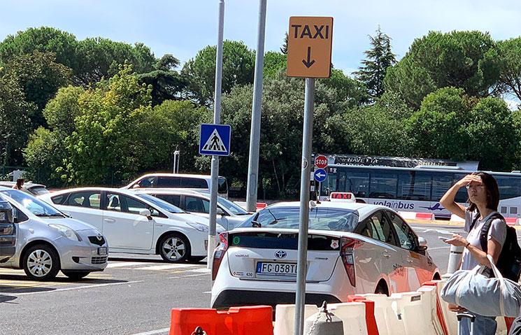 ペレトラ空港 タクシー乗り場