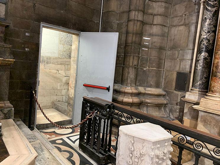 屋上テラスから 「CATTEDRALE(大聖堂)」への下り階段